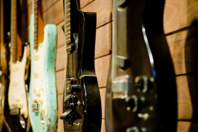 陳列されたエレキギター