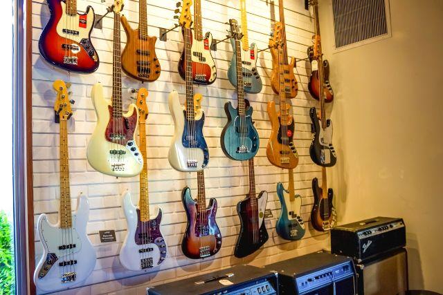 様々な種類の陳列されたギター