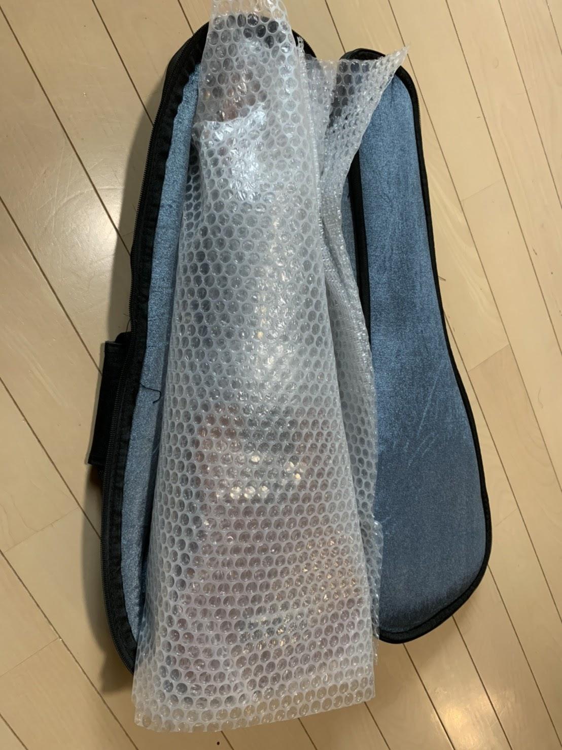 全体を梱包材で包み、ソフトケースに楽器を入れます。